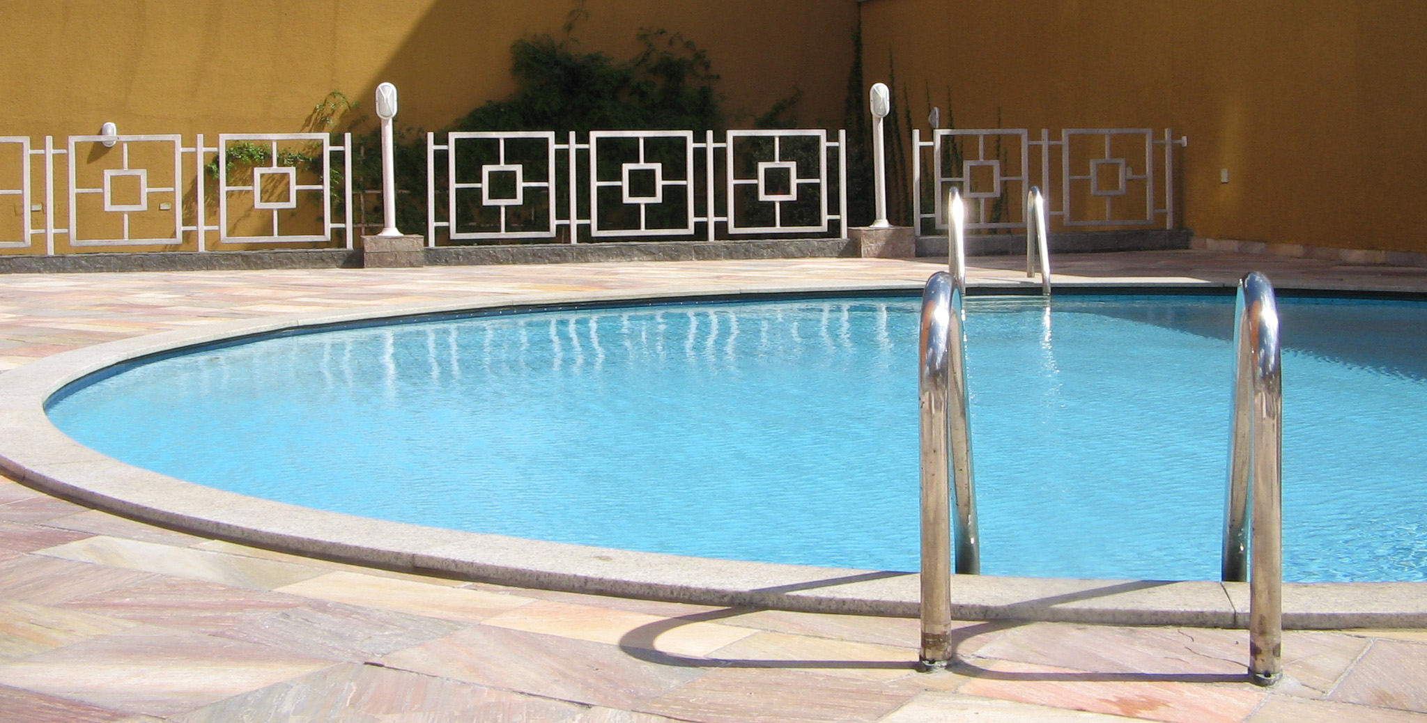 pool-blue-water-piscina-redonda-gua-azul-1623687